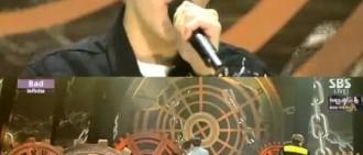 《人氣歌謠》Hoya坐在椅子上完成表演 「難道受傷了?」