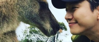 2PM俊昊分享旅行照 與袋鼠親密接觸