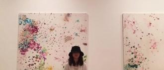 宋慧喬訪問香港美術館 看不清美貌也自體發光