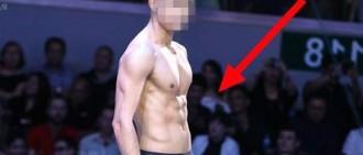 10位K-POP男idol最性感的舞台服裝