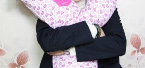 EXO燦烈「一個人戀愛中」向觀眾贈送親筆簽名U型枕