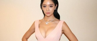 CLARA東京電影節獲獎 爆乳裝驚艷吸睛