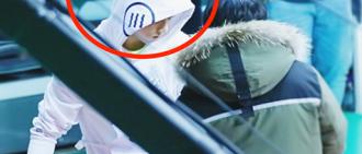 BTS的Jungkook在偶像運動會活動時幫助工作人員清理獲得了很多稱讚