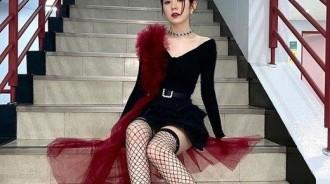 "Irene裴珠泫大秀""女王美貌"",露肩裝、黑色網襪造型吸睛"