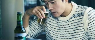 李秉憲最新雜誌寫真曝光 手握酒杯展迷人成熟魅力