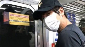 """張根碩,戴口罩出現在地鐵裡?""""只看眼睛也是初代亞洲王子回歸"""""""