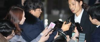 「正義哥記者」不放走鄭俊英! 擋車門狂問:背後罩你的警察是誰