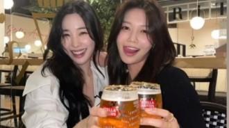 少女時代秀英&Tiffany用啤酒乾杯!兩位美女耀眼的微笑