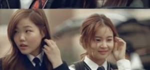 """YG新女團成員金智秀出演HI SUHYUN<我不一樣>MV,飾演Bobby的""""女朋友"""