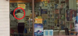 EXO-L發現TAO單獨撐著拐杖購買藥品