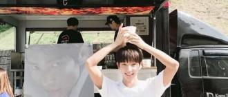 IU為《無法律師》劇組送上應援,李準基被請吃藏不住幸福笑容